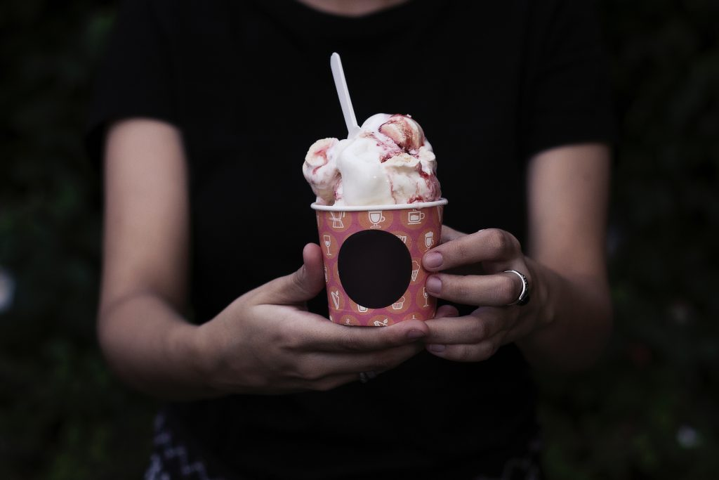 """גלידת """"שמנת"""" בקרמל דובדבנים"""