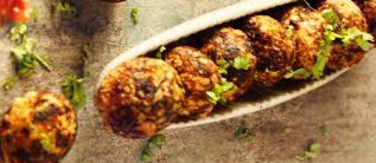 נגיסי מחית תפוחי אדמה עם עשבי תיבול, קשיו ואיולי שום
